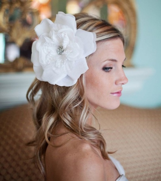 10-gorgeous-bridal-veils-wedding-hair-accessories-bethany-lorelle-oversize-hair-flower__one-wed