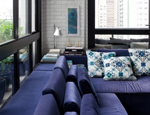 o-sofa-azul-um-modelo-exclusivo-desenhado-pelos-arquitetos-do-escritorio-fgmf-e-desenvolvido-pela-micasa-tem-duas-camadas-de-encosto-com-almofadas-para-maior-conforto-dos-usuarios-1365025773419_615x470