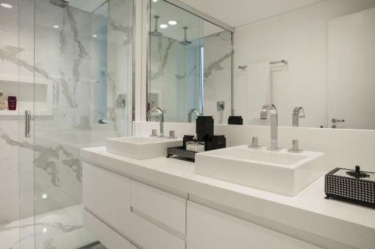 2-porcelanato-efeito-marmore-branco-decortiles-kalitin-interiores-carrara-120x120cm-foto-jvilhora-02